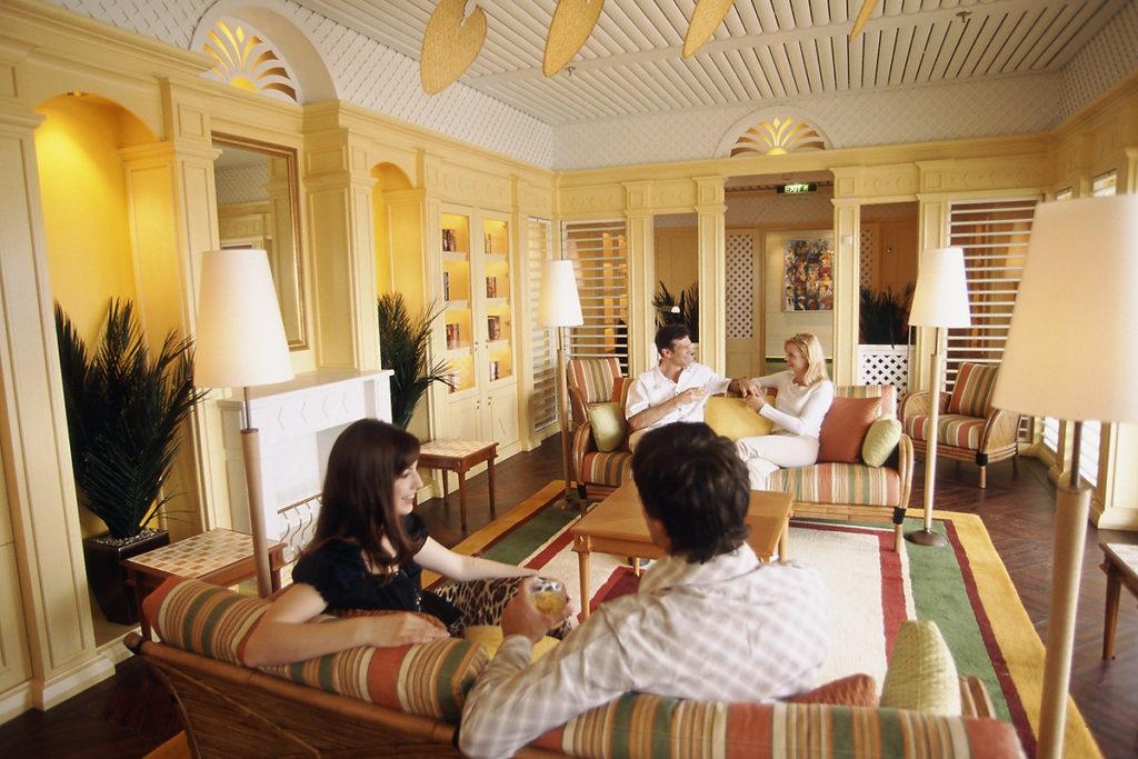 AIDAaura lounge Hemingway