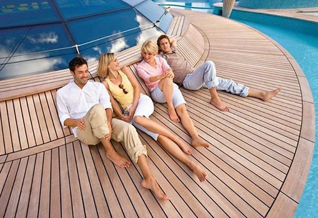 Grupa przyjaciół na pokładzie statku